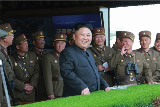 지난 4월 북한 김정은 북한 노동당 위원장이 참관한 가운데 인민군은 사상 최대 규모로 군종합동타격시위 를 벌였다. [노동신문]