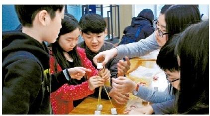 한국 IBM은 한국 사회에서 필요로 하는 창의적인 이공계 인재 육성을교육 기부의 목표로 삼고 있다. 2015년 스마트 과학 캠프 1탄에서는 토론식 워크숍을 통해 똑똑한 지구를 만들 창의적인 아이디어를 도출하는 프로그램이 이어졌다.