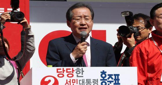 홍준표 자유한국당 대선후보(가운데)가 지난달 27일 오후 충남 천안 터미널 광장에 마련된 유세장에서 시민들에게 지지를 호소하고 있다. 전민규