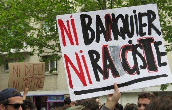 은행가인 에마뉘엘 마크롱도 아니고 인종차별주의자인 마린 르펜도 아니라는 푯말을 들고 집회를 하는 프랑스 시민들.