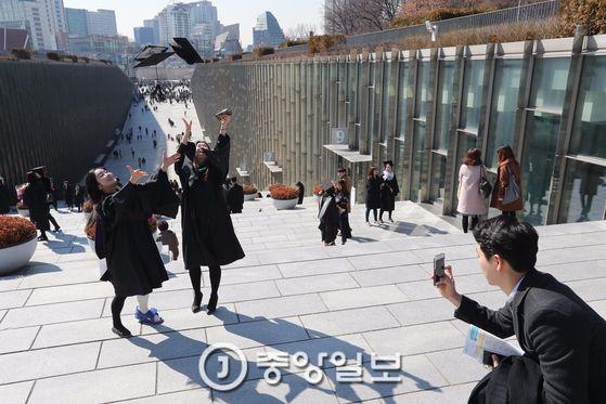 이화여자대학교 무용과를 졸업하는 (왼쪽부터) 정소화 이예은 씨가 학사모를 던지며 기념촬영하고 있다. [사진 신인섭 기자]