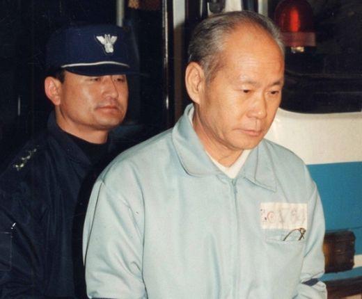 지난 1996년 이양호 전 국방장관이 뇌물수수 혐의로 첫 공판에 출석하고 있다. [사진 중앙포토]