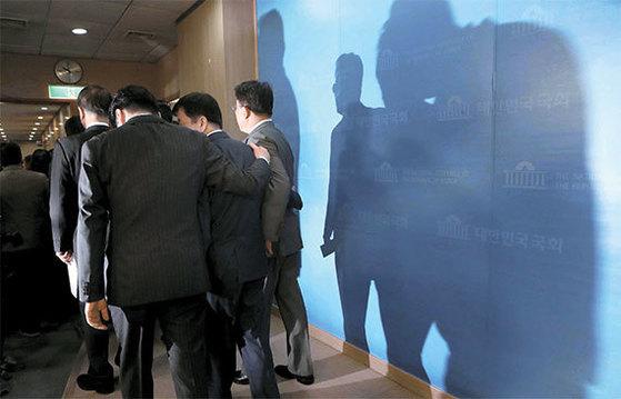 바른정당 의원 12명이 2일 오전 홍준표 자유한국당 후보 지지를 선언하며 집단 탈당했다. 기자회견을 마친 의원들이 국회 정론관을 나서고 있다. [오종택 기자]