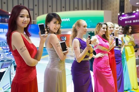 중국 전자제품 전시회에서 퀄컴 제품을 사용한 중국 토종폰을 전시하고 있는 모습