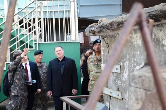 마이크 폼페오 미 CIA 국장(가운데) 일행이 지난달 29일 연평도 포격 현장을 둘러 보고 있다. 폼페오 국장의 왼쪽은 임호영한ㆍ미연합부사령관, 오른쪽은 폼페오 국장, 빈센트 브룩스 한ㆍ미연합사령관. [사진 주한미군]