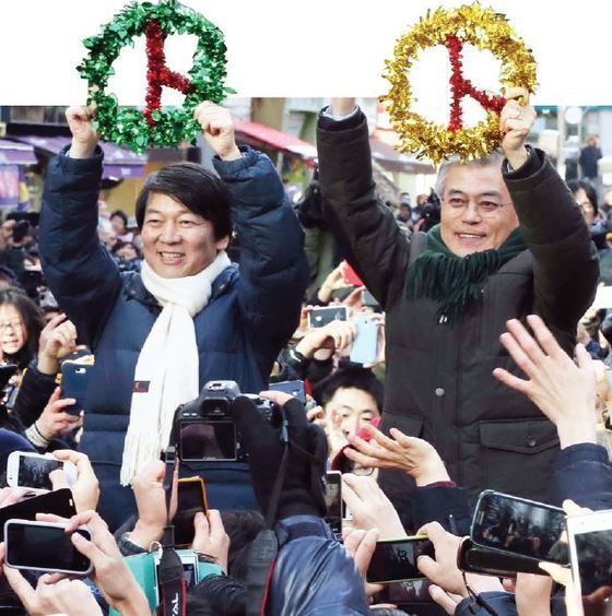 문재인 민주통합당 대통령후보와 안철수 전 무소속 후보가 2012년 12월 9일 경기도 군포시 산본역에서 열린 유세에서 투표도장을 형상화한 트리 장식품을 들어 보이고 있다. [중앙포토]