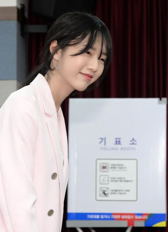 유승민 바른정당 대선후보의 딸 유담 씨가 4일 오후 서울 광진구 화양동 주민센터에 마련된 투표소에서 사전투표를 마친 뒤 밖으로 향하고 있다.[뉴시스]