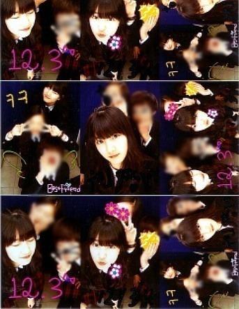 데뷔 전 학교 친구들과 스티커 사진을 찍은 수지. [사진 온라인 커뮤니티]
