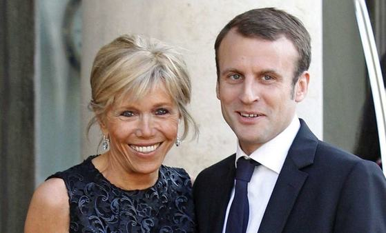 프랑스 대통령 당선이 유력한 에마뉘엘 마크롱 후보(오른쪽)와 부인 브리지트 트로노. [중앙포토]