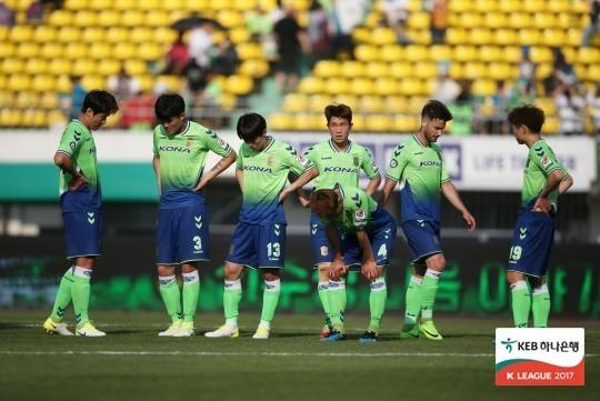 제주에 0-4로 패한 뒤 고개를 숙인 전북 선수들.