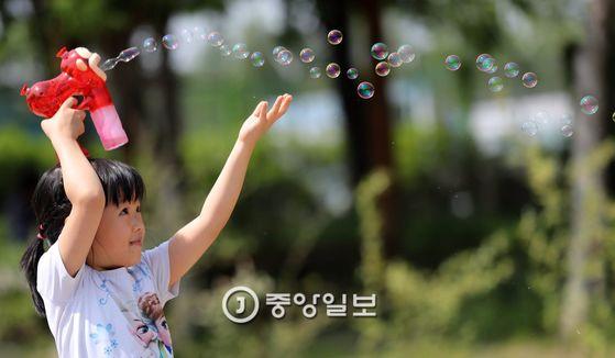 어린이 날을 이틀 앞둔 3일 오후 서울 성동구 서울숲 공원을 찾은 어린이가 비누방울을 날리고 있다. 전민규 기자