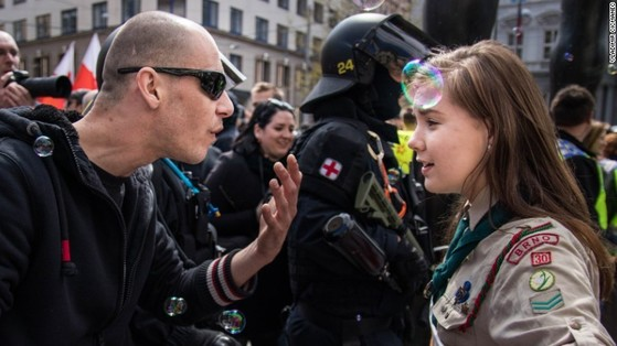 신 나치주의자와 걸스카우트 소녀. [사진 CNN 캡처]