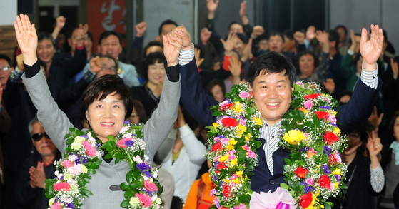 제20대 국회의원 선거에 대구에서 무소속으로 출마한 홍의락(오른쪽.대구 북을) 후보가 당선이 확실시되자 부인 김진란씨와 꽃다발을 목에 걸고 환호하고 있다. [사진 공정식 기자]