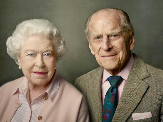 엘리자베스 2세 여왕과 남편 필립공. 지난해 여왕의 90세 생일을 기념해 촬영한 사진이다. [중앙포토]