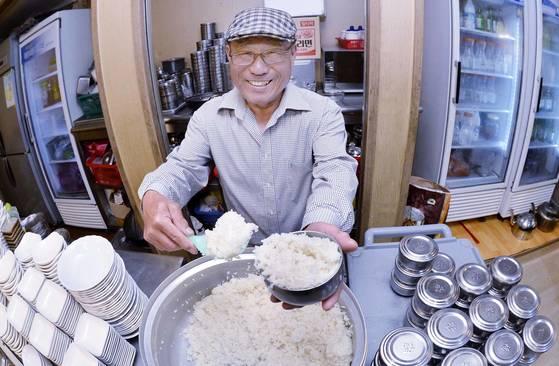 만나김치식당을 운영하는김일춘씨가 2일 오전 식당에서 식사준비를 하고 있다. 청주=프리랜서 김성태