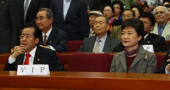 2011년 11월 국회 헌정기념관 대강당에서 열린당시 한나라당 김영선 의원 출판기념회에 참석한 박근혜 전대표와 홍준표 당시 대표. [중앙포토]