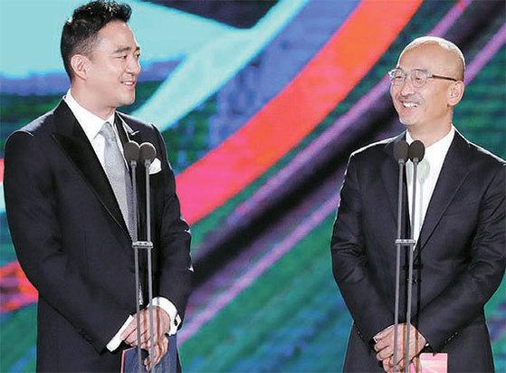 홍정도 중앙일보·JTBC 대표이사 사장(왼쪽)과 이준익 감독이 영화부문 대상 시상자로 나섰다. 이준익 감독은 전년도 대상('동주') 수상자다.