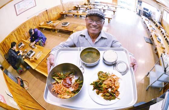 김일춘씨가 1000원짜리아침 밥상을보여주고 있다. 청주=프리랜서 김성태