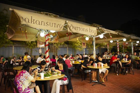 시원한 강바람을 맞으며 싸고 맛있는 길거리 음식을 즐길 수 있다. [사진 싱가포르 관광청]