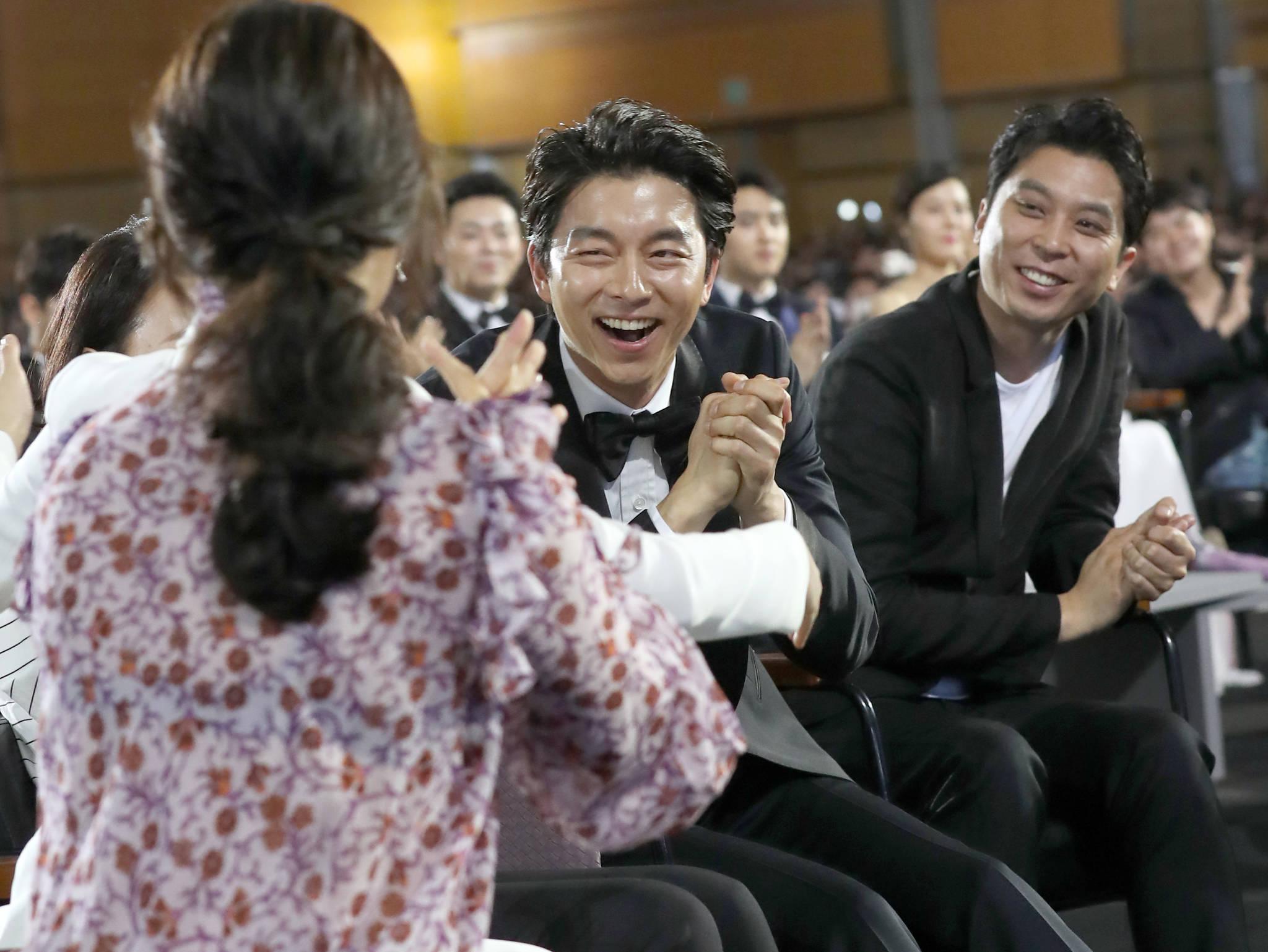 제53회 백상예술대상' 시상식 김은숙 작가 대상 발표순간...공유 뜨거운 박수