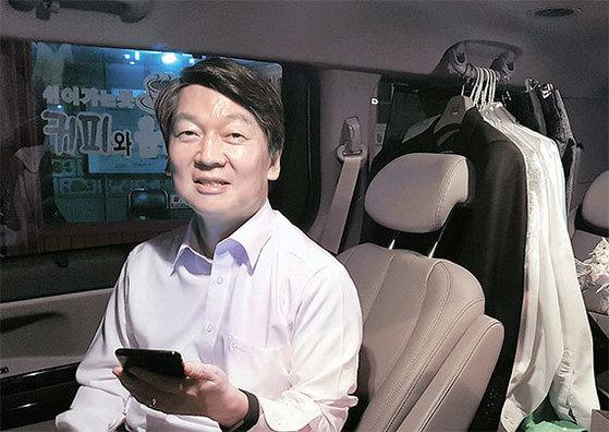 안철수 국민의당 후보가 3일 오후 유세장소로 이동하기 위해 승합차에 앉아있다. 뒷 자석에는 남은 유세 기간에 입을 옷가지가 보인다. [안효성 기자]