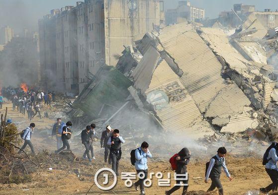 지난해 10월 19일 서울시 고덕동 3단지 재건축단지 내에서 민방위의 날 지진대피훈련을 하고 있다. [중앙포토]