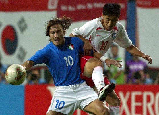 2002년 한일월드컵 16강전에서 한국 축구대표팀 이영표와 공을 다투는 토티(왼쪽) [중앙포토]