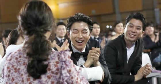 '도깨비' 김은숙 작가와 인사하는 배우 공유(가운데) [사진 일간스포츠]