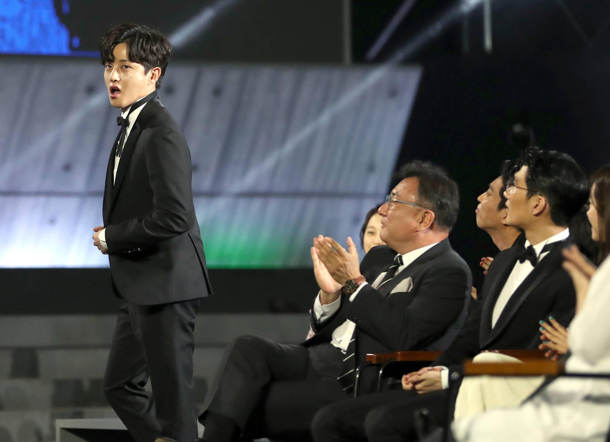 제53회 백상예술대상 시상식 김민석...수상에 깜짝 놀라