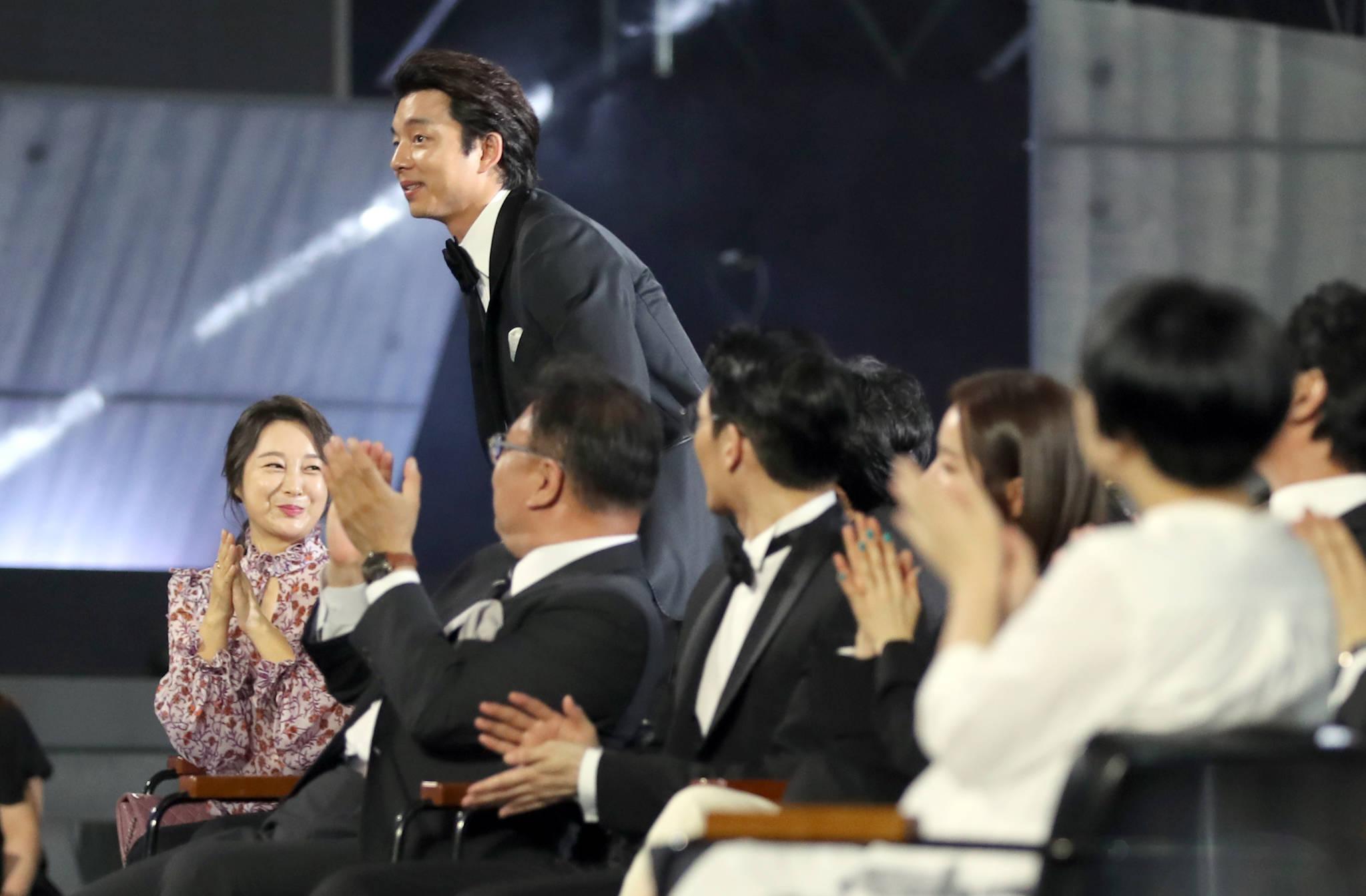 공유, 드라마 '도깨비'로 백상예술대상에서 TV부문 최우수 남자 연기상 수상