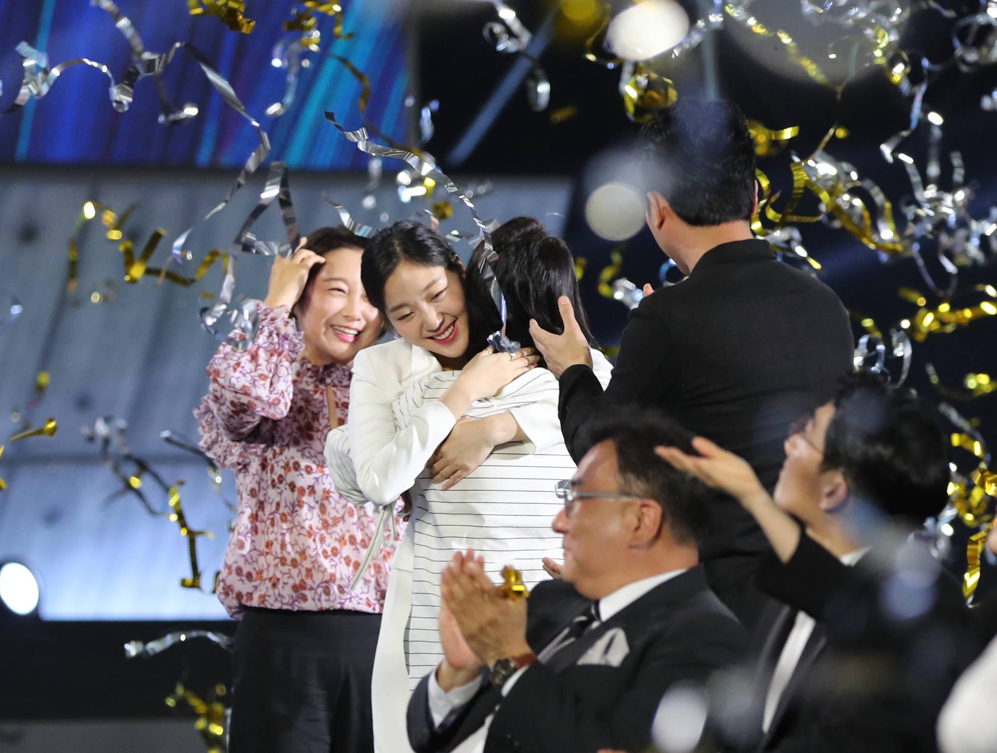 제53회 백상예술대상' 시상식 도깨비 출연진들 김은숙 작가 대상 환호