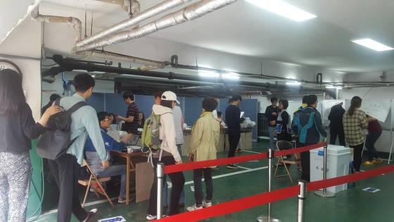 4일 오전 사전투표가 진행되고 있는 서울 대학동 주민센터. 윤재영 기자