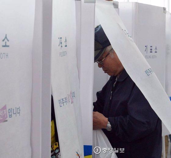 19대 대통령 선거 사전투표가 실시된 4일 서울역 대합실에 설치된 투표소에서 유권자들이 소중한 한표를 행사하고 있다. 사전투표는 4일과 5일 이틀 간 실시된다.