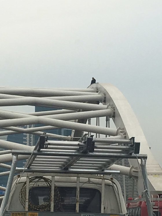 서울 양화대교 아치 교량 위에서 4일 오후 고공 농성 중인 이종배씨. [시민 제공]