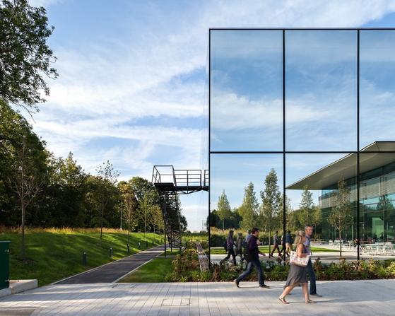 """다이슨 맘스베리 본사.다이슨 CEO 맥스 콘체는 """"맘스베리 캠퍼스는 다이슨 기술이 태어나 상업적 현실로 변하는 곳""""이라고 했다. [사진 다이슨]"""