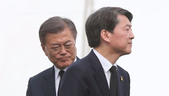 문재인 더불어민주당 대선후보 아들 준용씨에 대한 국민의당의 공세가 이어지고 있다. [중앙포토]