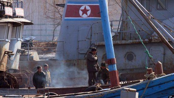 미 하원이 강력한 대북 경제봉쇄법안을 사실상 만장일치로 통과시켰다. 사진은 북한 신의주 압록강변에 정박해 있는 선박 위에서 북한 사람들이 작업을 하는 모습. [중앙포토]