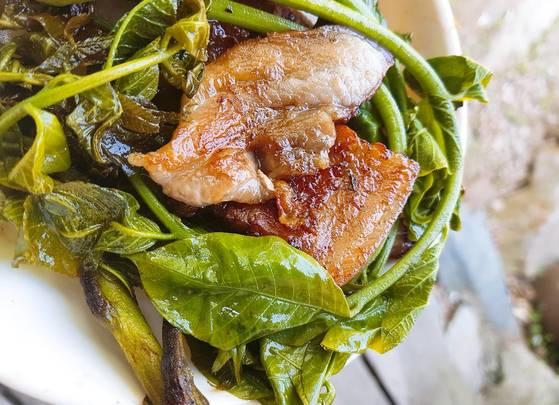 옻순삼겹살구이: 옻순과 돼지고기가 성질로는 상극이라지만 맛 궁합은 잘 맞는다. 옻순 줄기의 단맛과 삼겹살 기름기가 잘 어울려 이날 먹은 옻순 음식 중 최고로 꼽는 사람이 많았다. 장민영 식재료연구가
