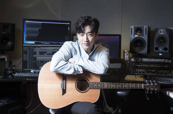 """서울 망원동 WM엔터테인먼트에서 만난 B1A4 진영. 그는 """"집에도 비슷한 느낌으로 작업실을 꾸며놨다""""고 말했다. [권혁재 사진전문기자]"""