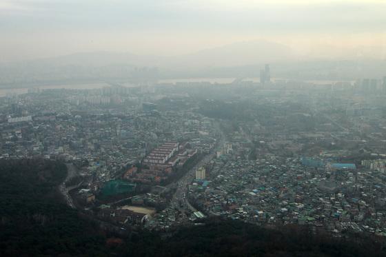 전국에 미세먼지 주의보가 내린 지난달 22일서울 남산 타워에서 본 서울이 뿌옇다.[중앙포토]
