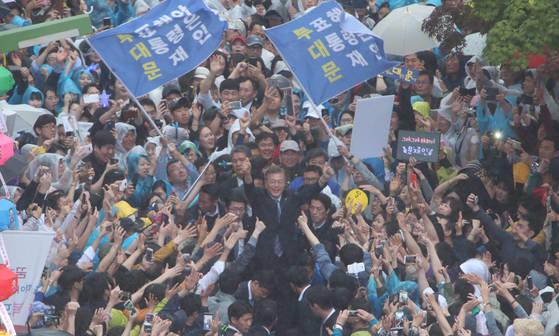문재인 더불어민주당 대선 후보가 5일 부산 광복동 거리에서 열린 유세 도중 지지자들을 향해 손을 들어보이고 있다. 송봉근 기자