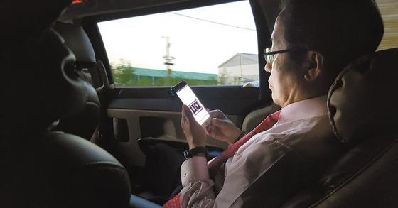 SNS확인하는 홍준표 자유한국당 대선후보.[중앙포토]