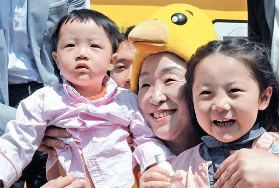심상정 정의당 후보는 전북 전주동물원을 찾아 '어린이날 5대 종합선물세트' 공약을 발표했다. [뉴시스]