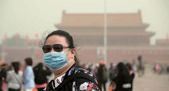 4일 황사 낀 베이징서 마스크를 쓴 시민. [로이터=뉴스1]