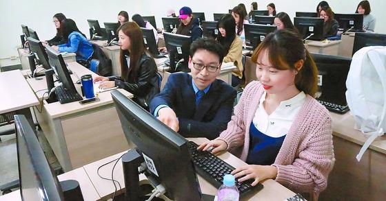 올해 신설된 숙명여대 기계시스템공학부 학생들이 기계 프로그래밍 수업을 받고 있다. 여대 가운데 기계공학을 전면에 내세운 것은 이 학과가 최초다. [남윤서 기자]