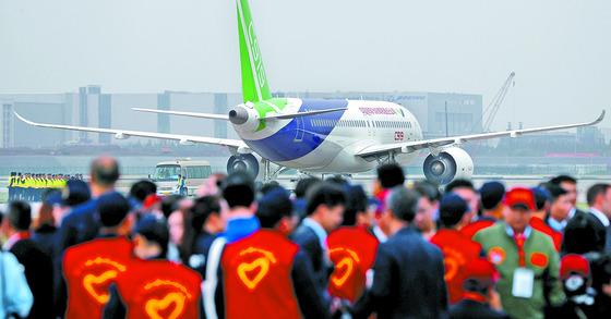 5일 중국 상하이 푸둥국제공항에서 중국의 첫 자국산 중대형 상용여객기 C919가 시험 비행을 위해 활주로 이륙을 준비하고 있다. [푸둥 로이터=뉴스1]