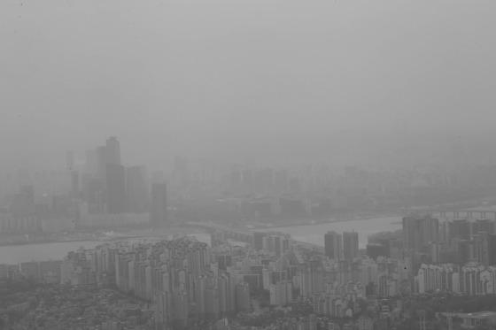 지난달 20일 서울 남산 타워에서 바라본 서울 하늘. 중국북부지방에서 유입된 황사 중 일부가 낙하해 미세먼지 오염이 악화된다.김상선 기자 자