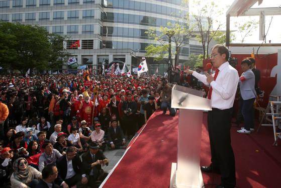 자유한국당 홍준표 대선후보가 30일 서울 강남구 코엑스 앞에서 유세를 펼치고 있다.