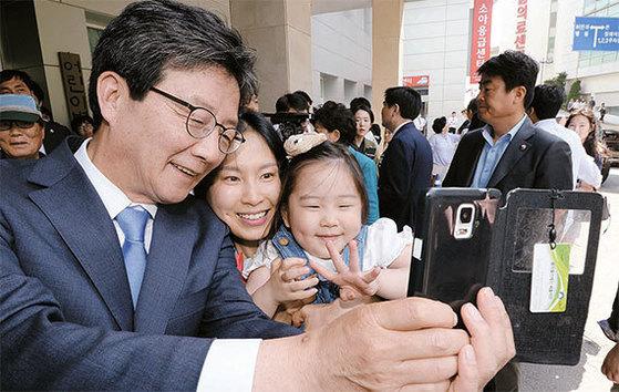 유승민 바른정당 후보가 5일 서울대 어린이병원을 방문해 환자와 가족을 위로했다. [우상조 기자]