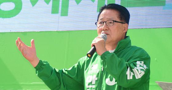 제19대 대통령선거를 사흘 앞둔 6일 오후 국민의당 박지원 대표가 광주 남구 주월동 푸른길 공원 인근에서 안철수 후보의 지지를 호소하고 있다. [사진 뉴시스]